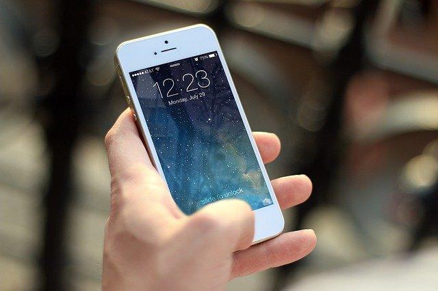 bílý iphone v ruce