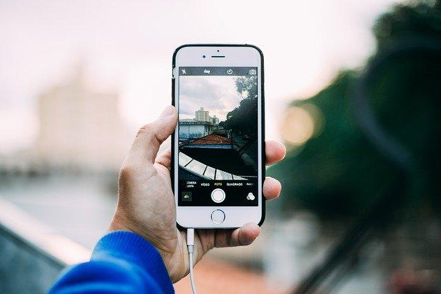 bílý iphone