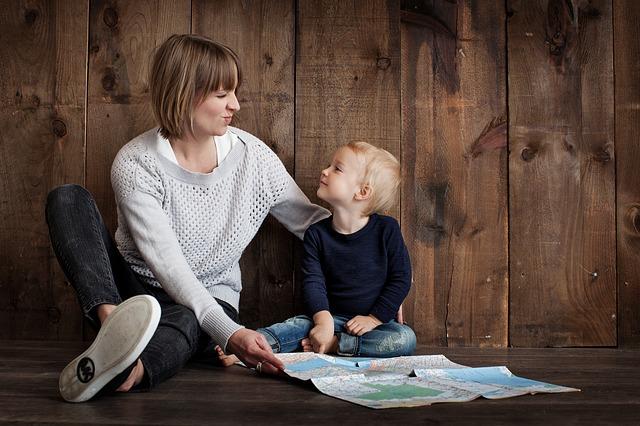 máma se synem u mapy