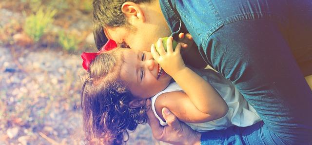 dcera v objetí otce