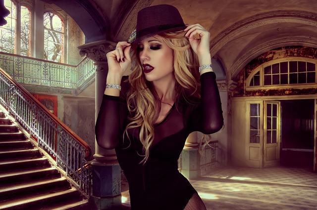 blondýnka v klobouku