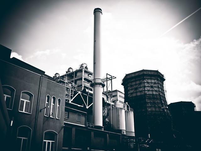 černobílá fotografie elektrárny