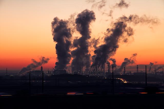 průmyslová zóna při západu slunce