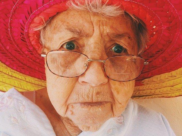 stará žena v klobouku