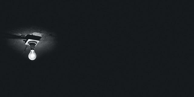 žárovka na stropě