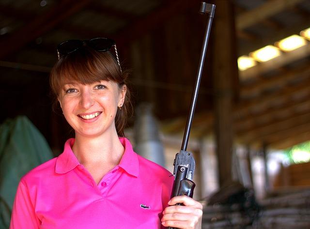 dívka s puškou