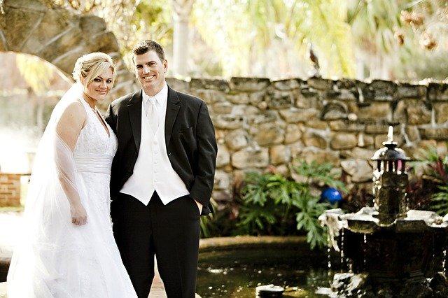 nevěsta i ženich u fontány