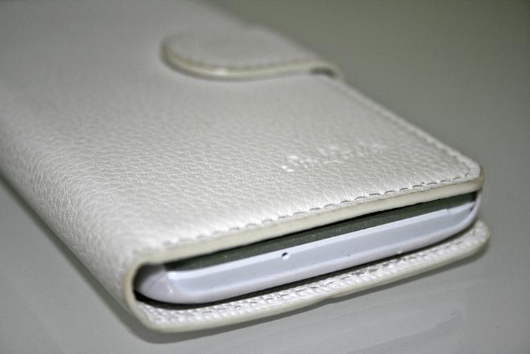 bílý obal na mobil ve tvaru knížky se zapínáním