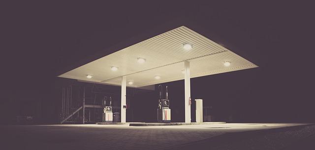Benzínová pumpa v nočních hodinách