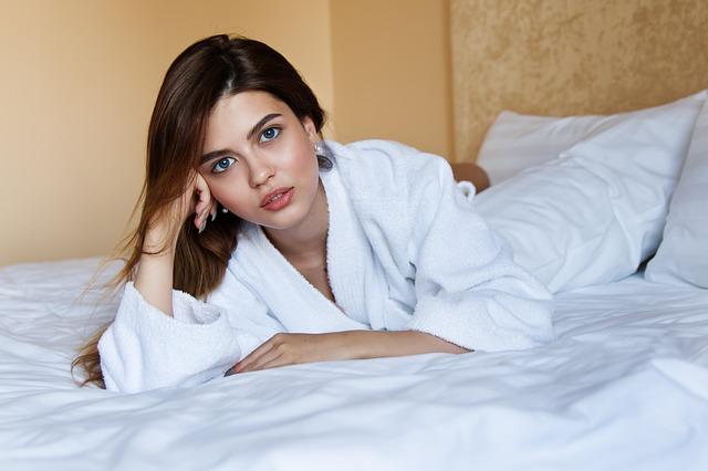 dívka, která leží v posteli.jpg