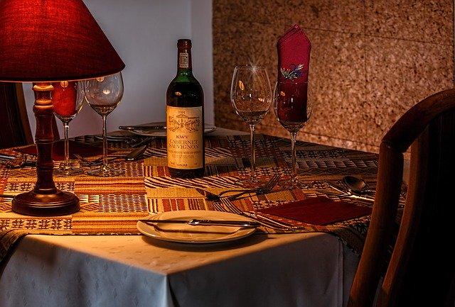 víno na stole v restauraci