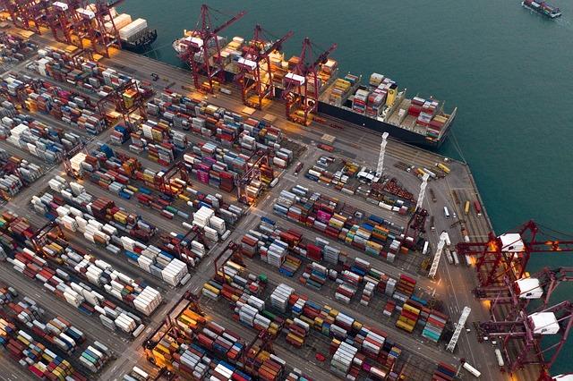 skladiště u vody, velká plocha na nábřeží zaplněná kontejnery