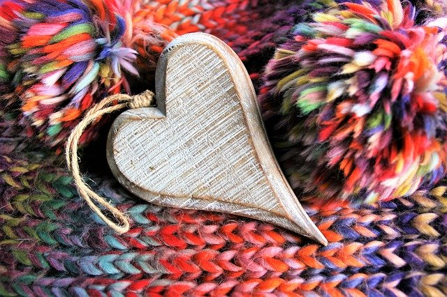 dekorativní srdce na barevné vlně.jpg