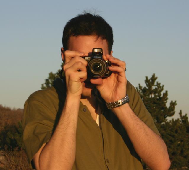 fotograf při západu slunce v přírodě