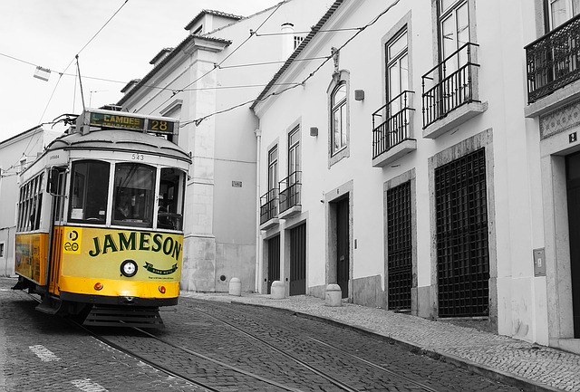 Historická žlutá tramvaj