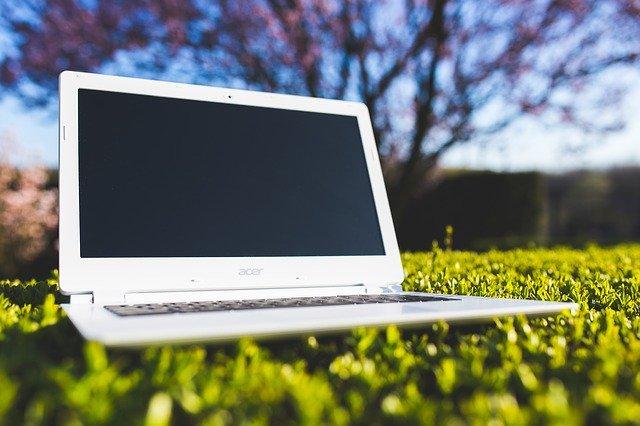 laptop na louce