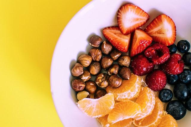 ovoce na talíři, lískové ořechy